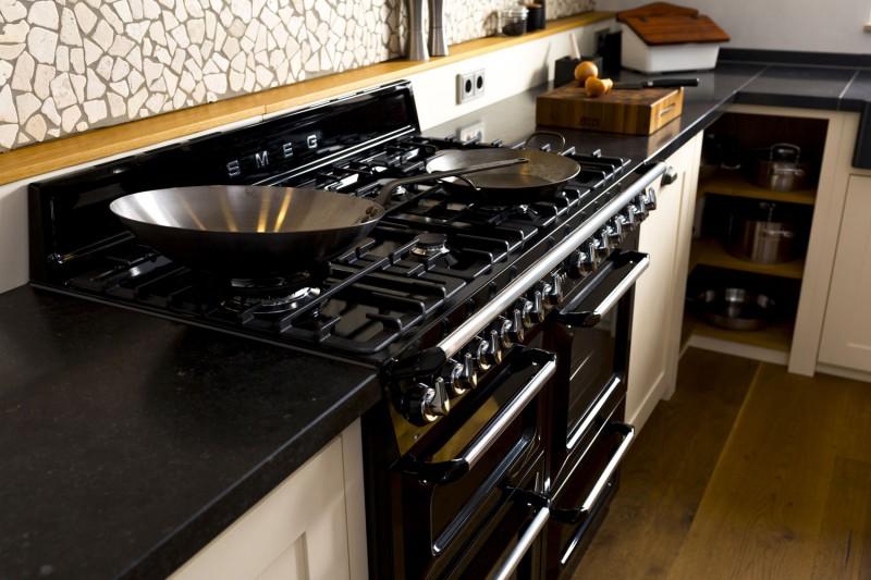 In der küche sind ausschließlich schubladen schränke verbaut das bringt den vorteil das in der küche kaum tote ecken entstehen