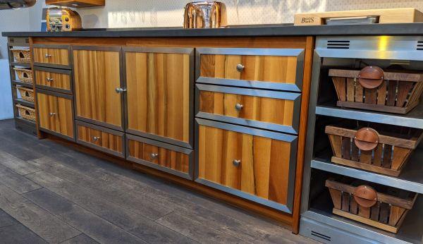La Cornue Küchenezeile Ausstellungsküche aus Nussholz mit Edelstahl